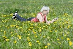 Junge Frau mit digitaler Tablette Stockbilder
