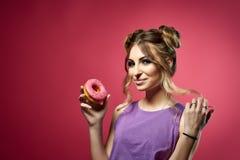 Junge Frau mit Donut Lizenzfreie Stockfotos