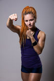 Junge Frau mit Dreadlocks in kämpfender Position Stockfoto