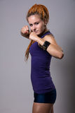 Junge Frau mit Dreadlocks in kämpfender Position Stockfotos