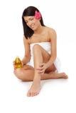 Junge Frau mit Duftstoff-Flasche stockbilder