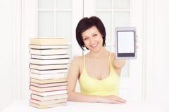 Junge Frau mit ebook lizenzfreie stockfotografie