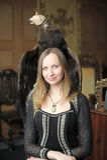 Junge Frau mit einem Adler hinten Lizenzfreie Stockfotografie