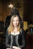 Junge Frau mit einem Adler hinten Lizenzfreie Stockbilder