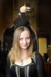 Junge Frau mit einem Adler hinten Lizenzfreies Stockfoto