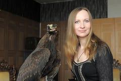 Junge Frau mit einem Adler hinten Stockfotografie