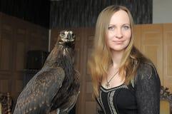 Junge Frau mit einem Adler hinten Lizenzfreie Stockfotos