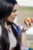 Junge Frau mit einem Apfel Lizenzfreie Stockbilder
