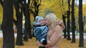 Junge Frau mit einem Baby in ihren Armen stock video footage