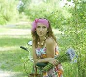 Junge Frau und Blumen Stockfoto