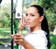 Junge Frau mit einem Bogen und Pfeilen Lizenzfreie Stockfotografie