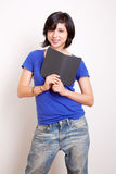 Junge Frau mit einem ebook Leser Stockfotos