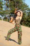 Junge Frau mit einem Gewehr stockfoto