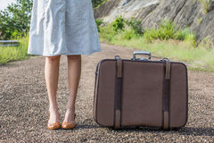 Junge Frau mit einem Koffer Stockbild
