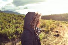 Junge Frau mit einem Mantel und einer Haube an stockfoto