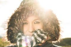 Junge Frau mit einem Mantel und einer Haube an lizenzfreie stockbilder