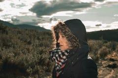 Junge Frau mit einem Mantel und einer Haube an lizenzfreies stockfoto