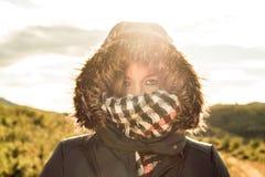Junge Frau mit einem Mantel und einer Haube an lizenzfreies stockbild