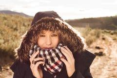 Junge Frau mit einem Mantel und einer Haube an lizenzfreie stockfotos