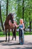 Junge Frau mit einem Pferd Stockbild