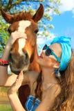 Junge Frau mit einem Pferd Lizenzfreie Stockfotografie