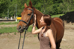Junge Frau mit einem Pferd lizenzfreies stockbild
