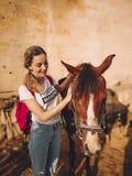 Junge Frau mit einem Pferd auf einer Ranch stockbild