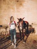 Junge Frau mit einem Pferd auf einer Ranch lizenzfreies stockbild