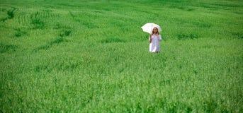 Junge Frau mit einem Regenschirm Lizenzfreies Stockfoto