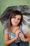 Junge Frau mit einem Regenschirm. lizenzfreies stockbild