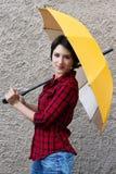 Junge Frau mit einem Regenschirm stockfoto