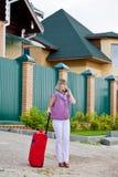 Junge Frau mit einem roten Koffer Stockfoto