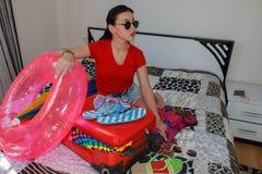 Junge Frau mit einem roten Koffer, Reisen und Erholung, Tourismus Mädchen und ein Koffer schöner weiblicher Tourist mit Reisekoff stockfotografie
