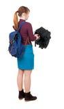 Junge Frau mit einem Rucksack unter einem Regenschirm Stockbilder