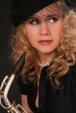 Junge Frau mit einem Saxophon Stockfotos