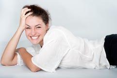 Junge Frau mit einem schönen Lächeln Stockfotografie