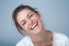 Junge Frau mit einem schönen Lächeln Lizenzfreies Stockfoto