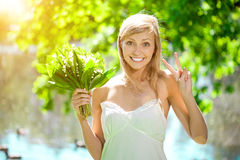 Junge Frau mit einem schönen Lächeln mit den gesunden Zähnen mit flowe stockbilder