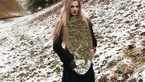 Junge Frau mit einem Spiegel im Freien stock footage
