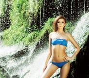 Junge Frau mit einem sportlichen Körper, der in einem Badeanzug aufwirft stockfoto