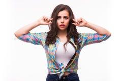 Junge Frau mit einer Anhörungsstörung oder einem Verlust der Hörfähigkeit ihre Hand hinter ihrem Ohr höhlend stockfotos