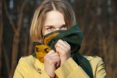 Junge Frau mit einer Gesichtshälfte versteckt unter einen Schal Stockfotos