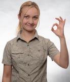 Junge Frau mit einer headacheyoung Frau im Trekkingshemdvertretung O.K.-Zeichen stockfotos