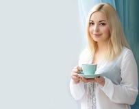 Junge Frau mit einer Kaffeetasse Gutes Wetter des Sommers Stockbild