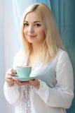 Junge Frau mit einer Kaffeetasse Morgen Lizenzfreies Stockbild