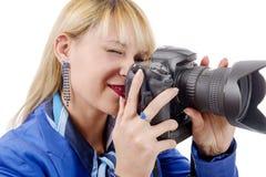 Junge Frau mit einer Kamera an auf Weiß Lizenzfreie Stockbilder