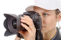 Junge Frau mit einer Kamera Jugendlebensstil Lizenzfreie Stockfotografie