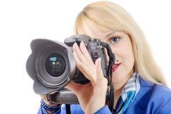 Junge Frau mit einer Kamera an lokalisiert auf weißem Hintergrund Stockbild