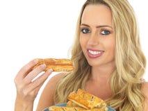Junge Frau mit einer Platte der Wurst Rolls Stockfotos