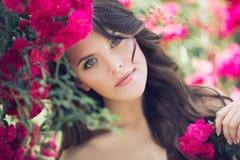 Junge Frau mit einer rosa Blume Sommerschuß im Freien Lizenzfreies Stockfoto